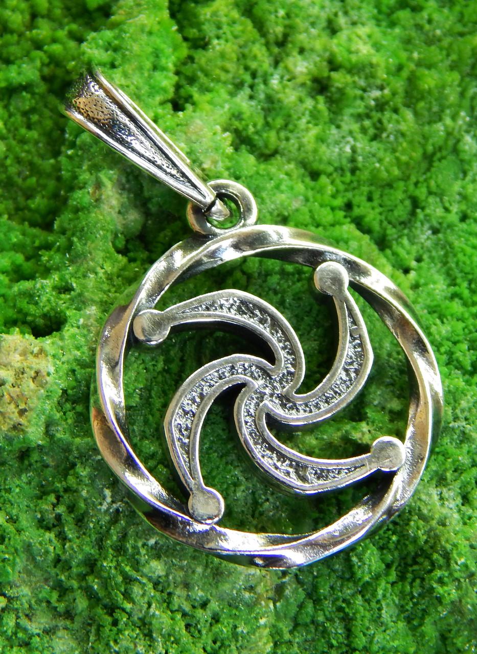 Как носить символ Рода: значение главного оберега славян