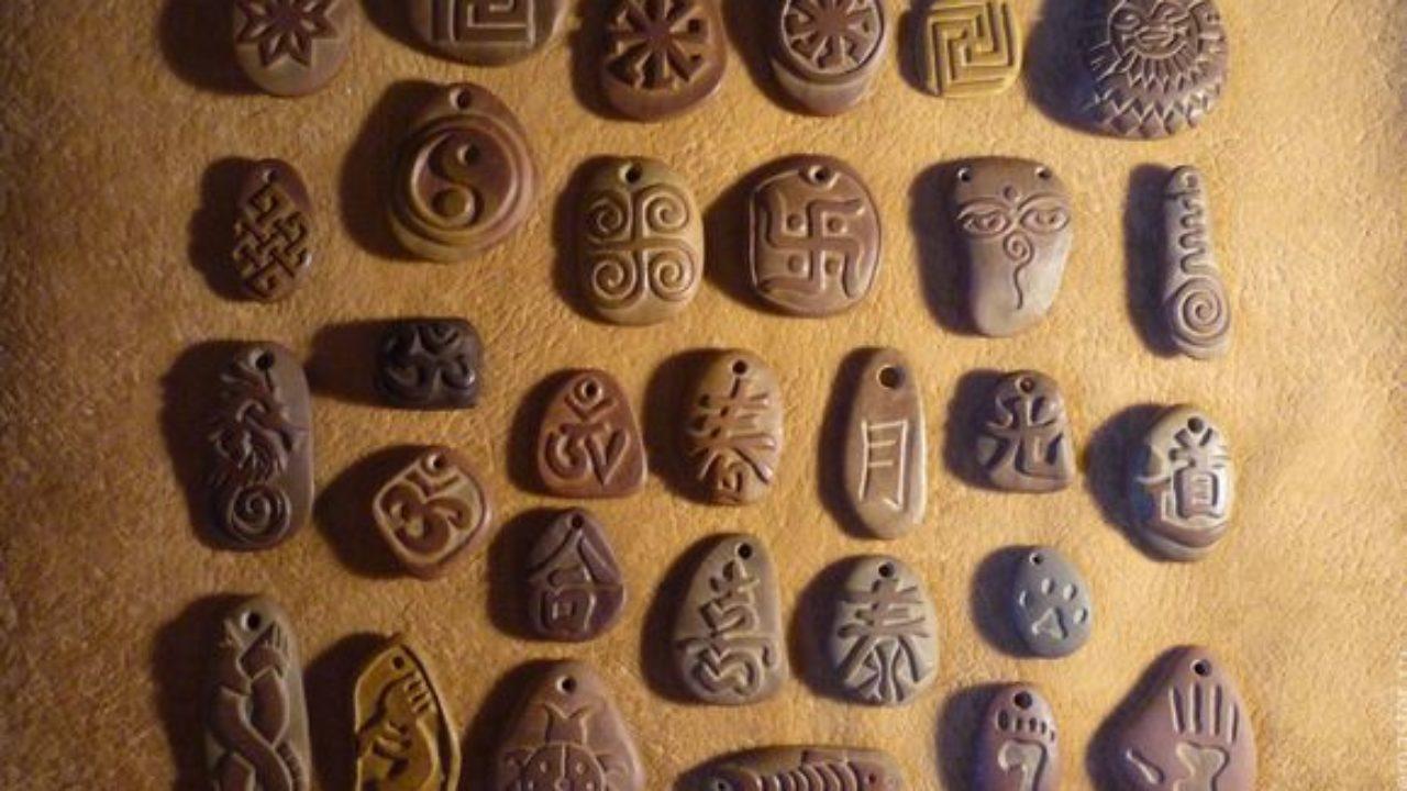 Старинные амулеты из глины.