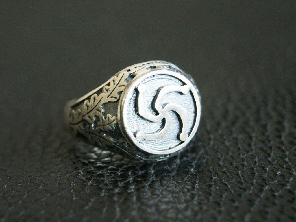 Перстень с символом Рода.