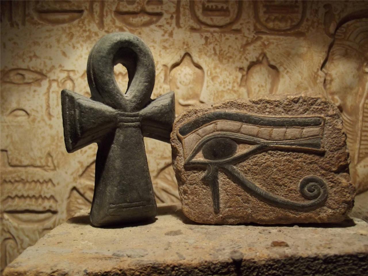 Символ анкх из камня.