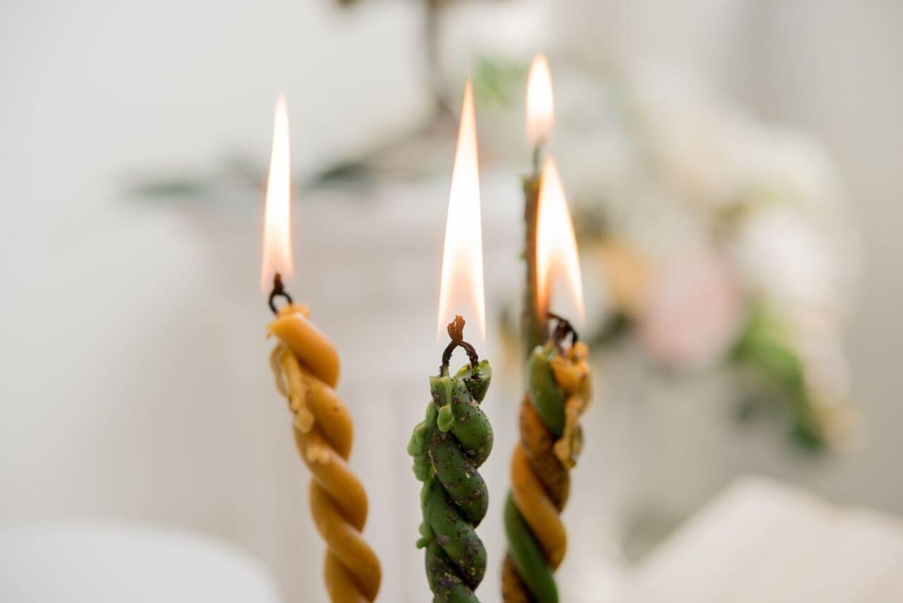 Скрученные свечи для ритуала.