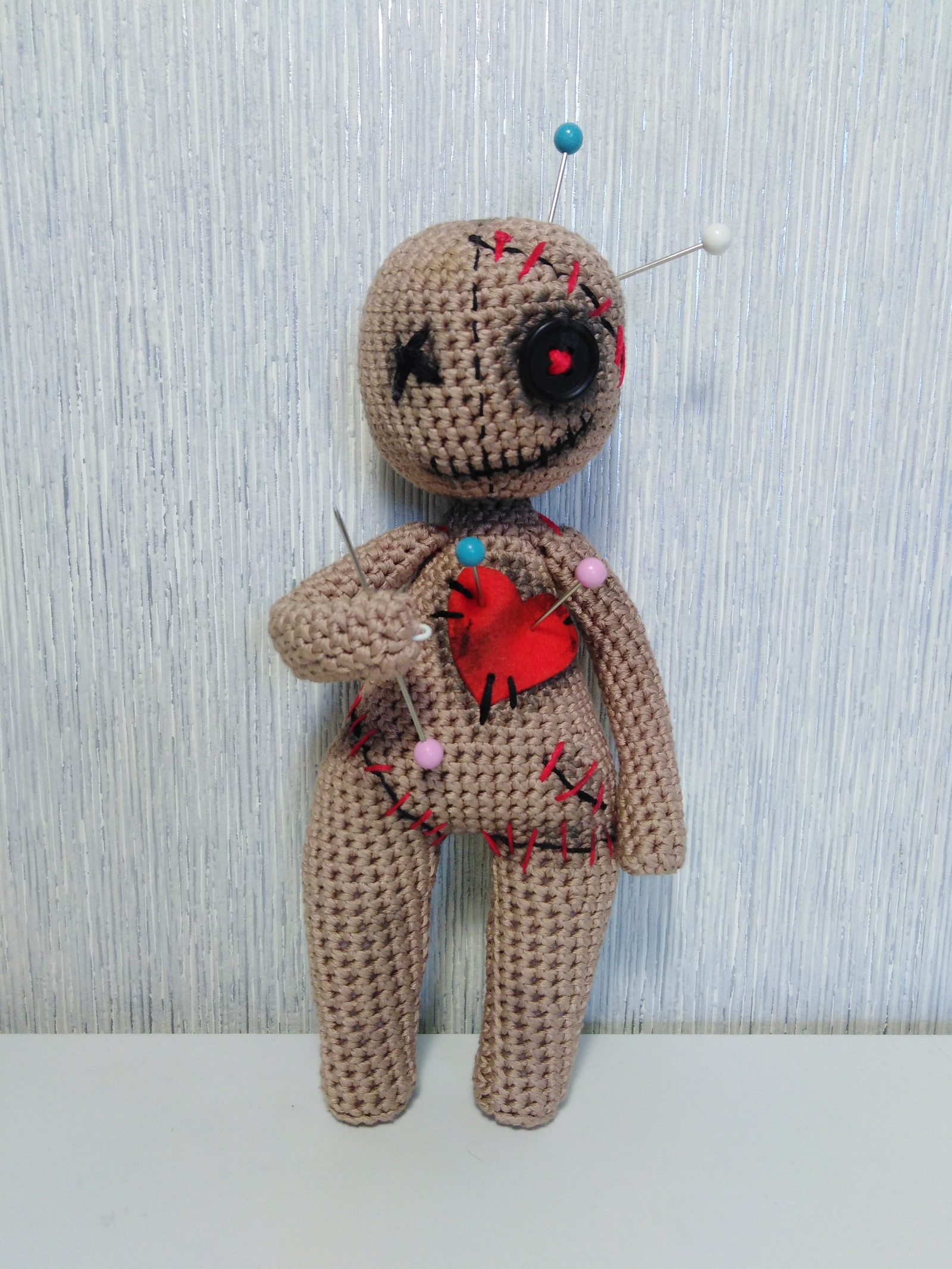 Кукла вуду из шерстяных ниток.